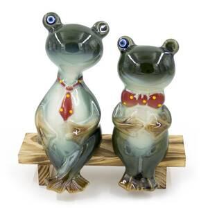 Фигура декоративная Две лягушки на скамейке